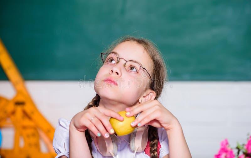 Mała dziewczyna gotowa jeść jabłka Mądrze dziecka pojęcie zdrowy łasowanie jest dobry mały genialny dziecko w sali lekcyjnej t?a  obraz royalty free