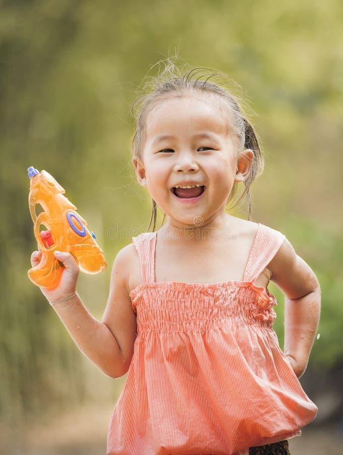 mała dziewczyna gra wody obraz royalty free