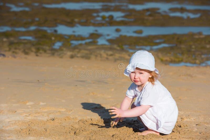 Download Mała Dziewczyna Grają Piasku Zdjęcie Stock - Obraz złożonej z ludzie, plaża: 53792026