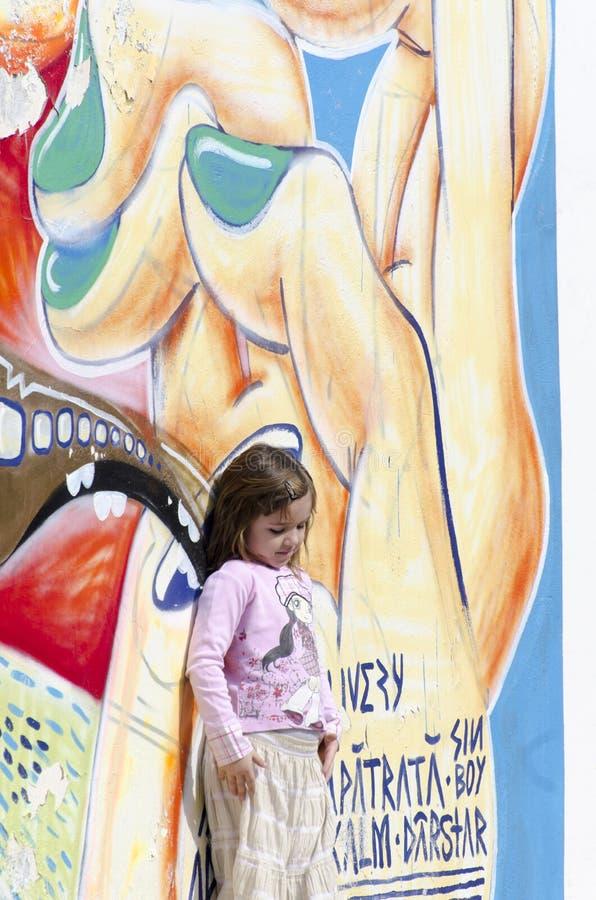 Mała dziewczyna i graffiti ściana obraz royalty free
