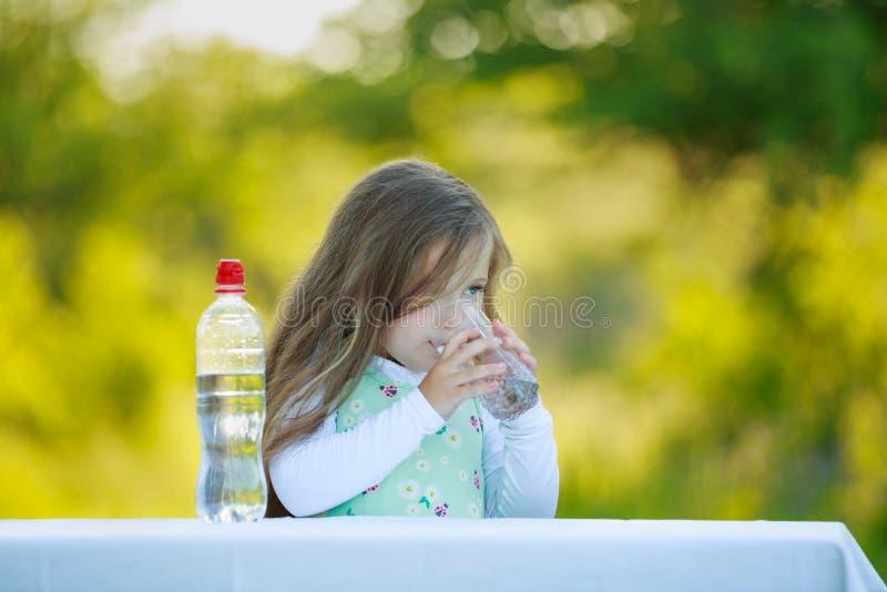 Mała dziewczyna napojów woda zdjęcie stock