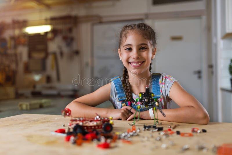 Mała dziewczyna robi robotowi fotografia stock