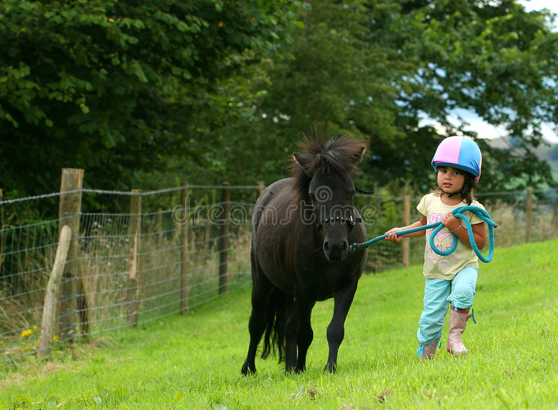 mała dziewczyna walczy obrazy stock