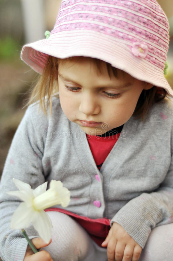 Mała dziewczyna z narcyzem zdjęcie stock
