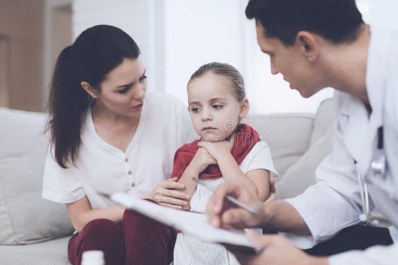 Mała dziewczynka łapał zimno Jej matka dzwoniąca lekarka w domu Lekarka przesłuchuje dziewczyny obrazy stock