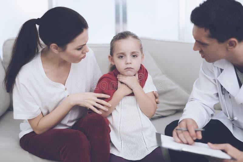 Mała dziewczynka łapał zimno Jej matka dzwoniąca lekarka w domu Lekarka przesłuchuje dziewczyny zdjęcia royalty free