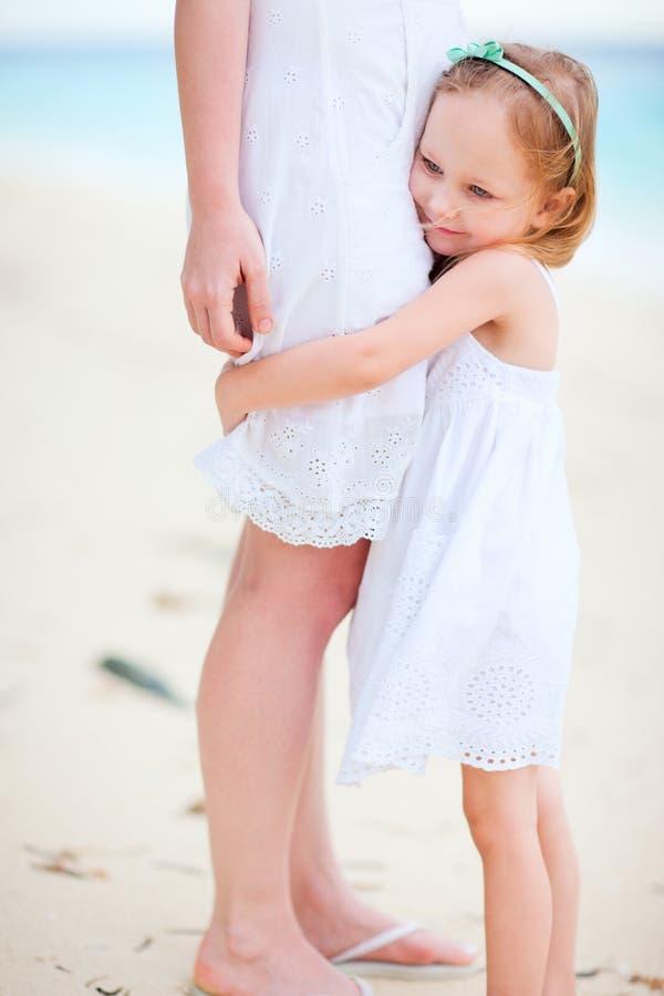 Mała dziewczynka ściska jej mamy obraz stock