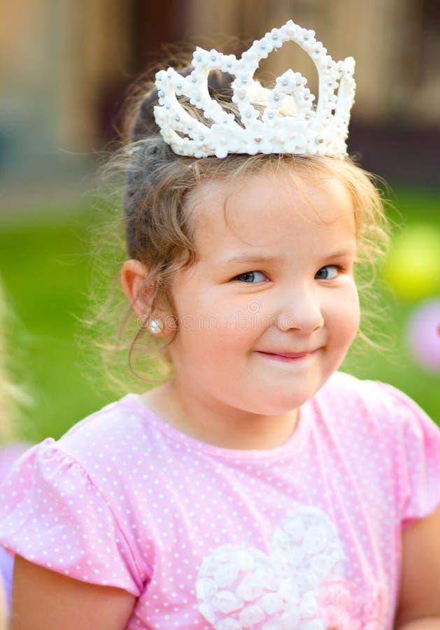 Mała dziewczynka świętuje jej urodziny obrazy royalty free