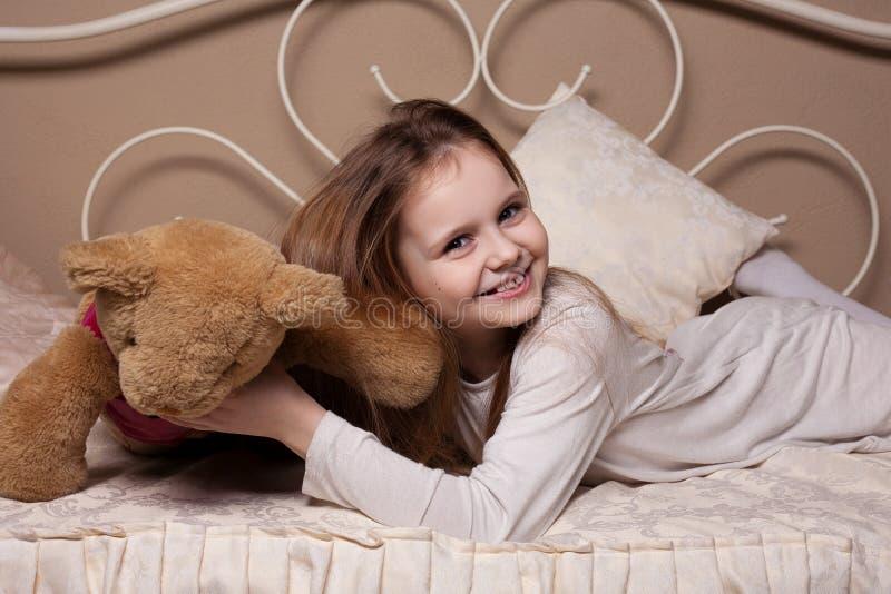 Mała dziewczynka błaź się w studiu fotografia royalty free
