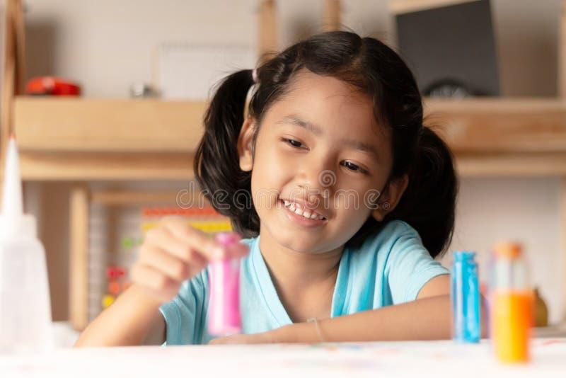 Mała dziewczynka bada kolor obrazy royalty free
