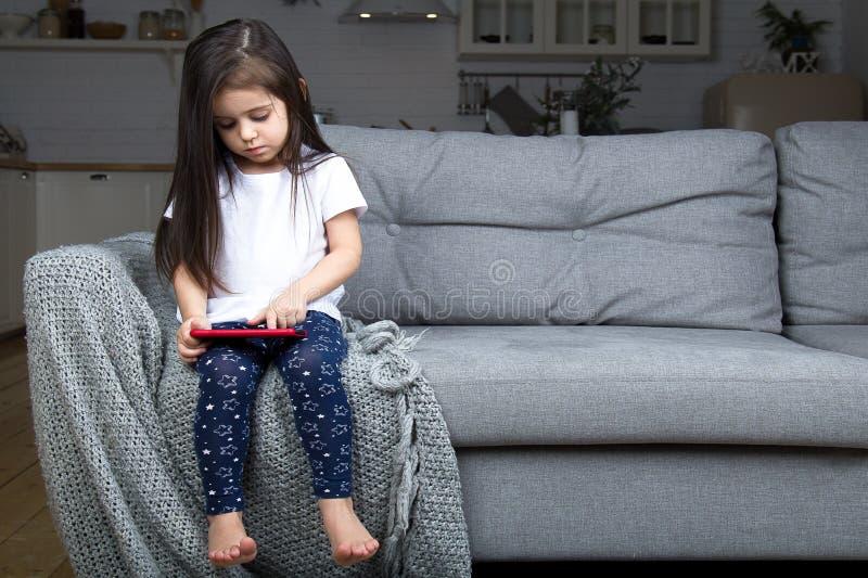 Mała dziewczynka bawić się choinką zdjęcia stock
