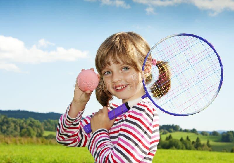 Mała dziewczynka bawić się dzieci tenisowych zdjęcia royalty free