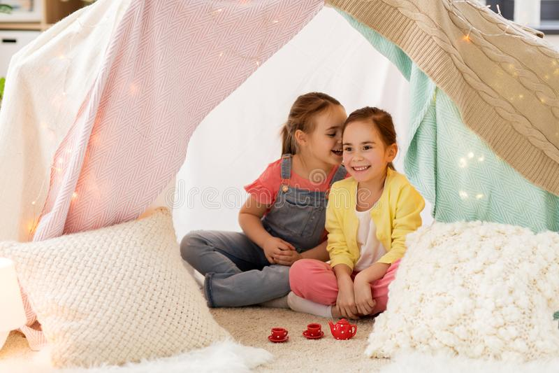 Mała dziewczynka bawić się herbacianego przyjęcia w dzieciaka namiocie w domu fotografia stock