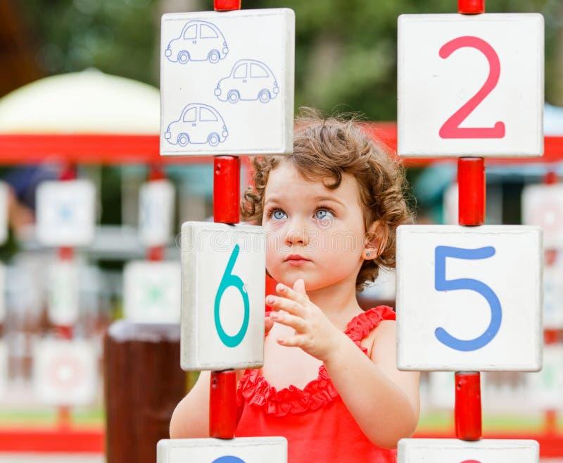 Mała dziewczynka bawić się na boisku zdjęcie stock