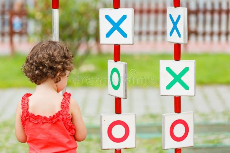 Mała dziewczynka bawić się na boisku fotografia royalty free