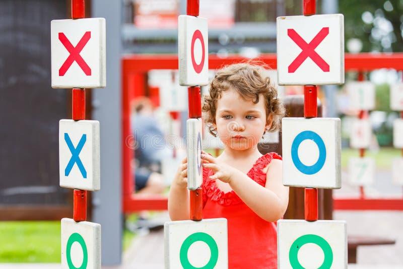 Mała dziewczynka bawić się na boisku obrazy stock