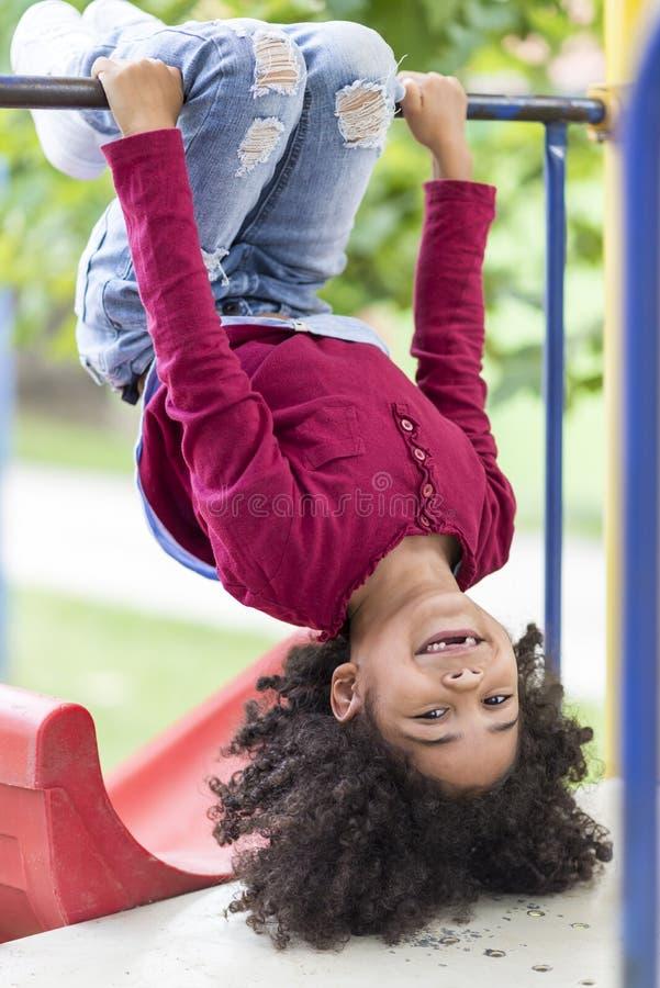 Mała dziewczynka bawić się outdoors w parku zdjęcia stock