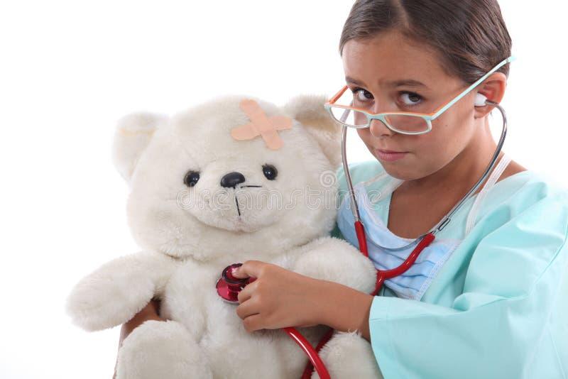 Mała dziewczynka bawić się pielęgniarki zdjęcia stock
