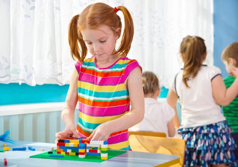 Mała dziewczynka bawić się przy dziecinem zdjęcie royalty free