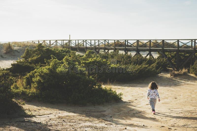 Mała dziewczynka bawić się przygody w naturze fotografia stock