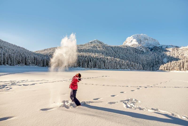 Mała dziewczynka bawić się w śniegu zakrywał Durmitor górę w Montene obrazy royalty free