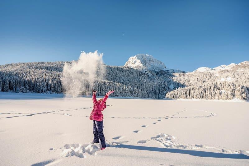 Mała dziewczynka bawić się w śniegu zakrywał Durmitor górę w Montene fotografia stock