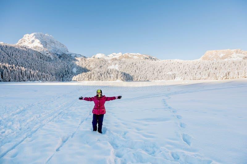 Mała dziewczynka bawić się w śniegu zakrywał Durmitor górę w Montene zdjęcia stock