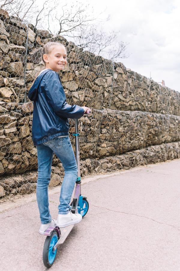 Mała dziewczynka bawić się w parku w zielonym tle obraz stock