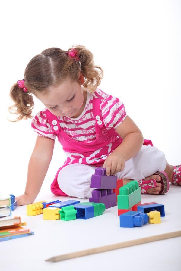 Mała dziewczynka bawić się z blokami obraz stock
