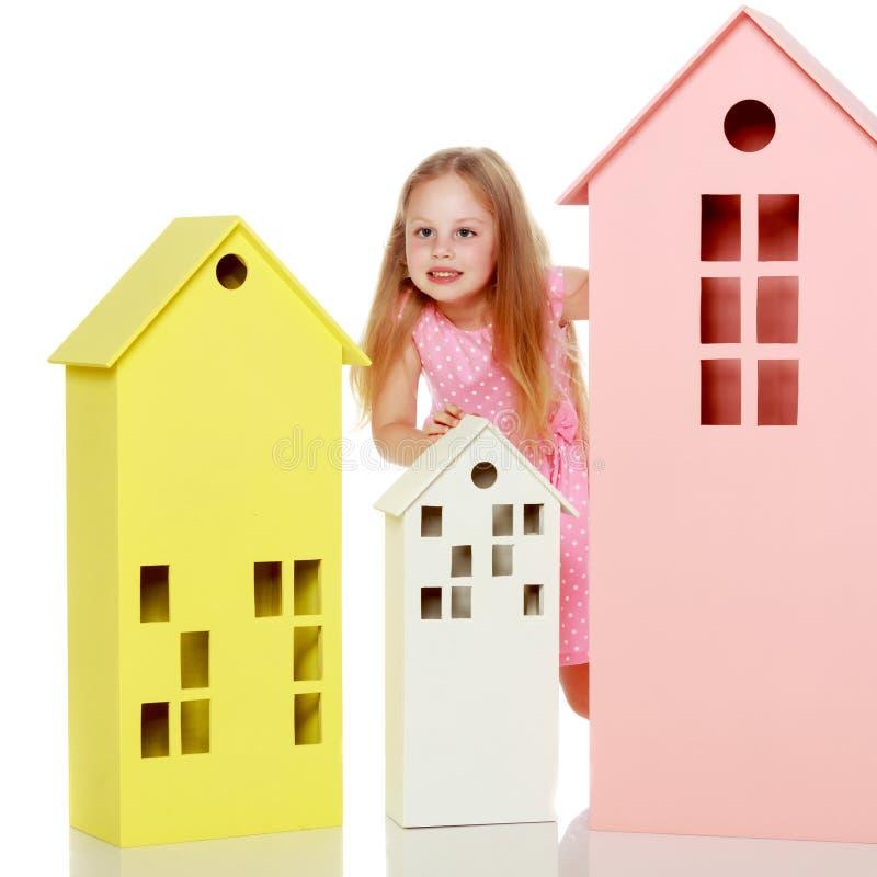 Mała dziewczynka bawić się z drewnianymi domami fotografia stock