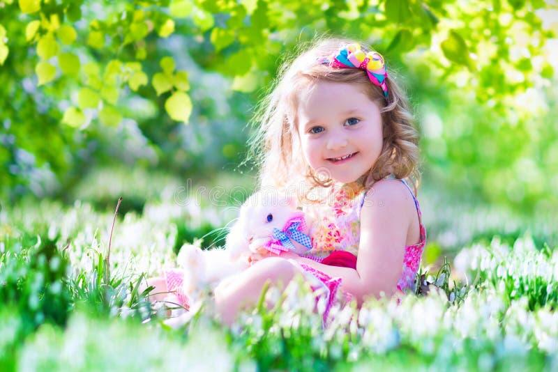 Mała dziewczynka bawić się z królikiem obrazy royalty free