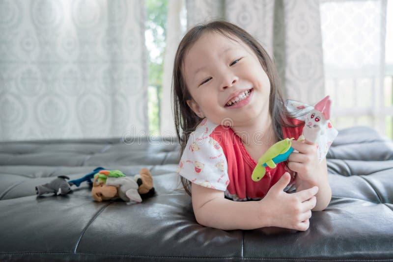 Mała dziewczynka bawić się z kukłami fotografia royalty free