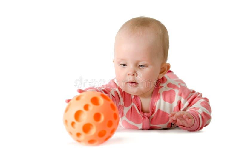 Mała dziewczynka bawić się z piłką obrazy stock