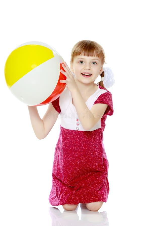 Mała dziewczynka bawić się z piłką obrazy royalty free