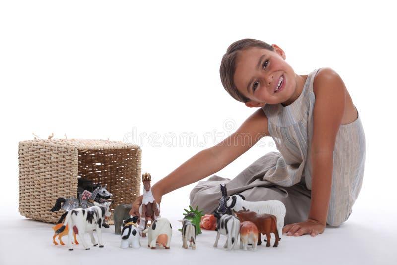 Mała dziewczynka bawić się z zabawkami zdjęcie stock