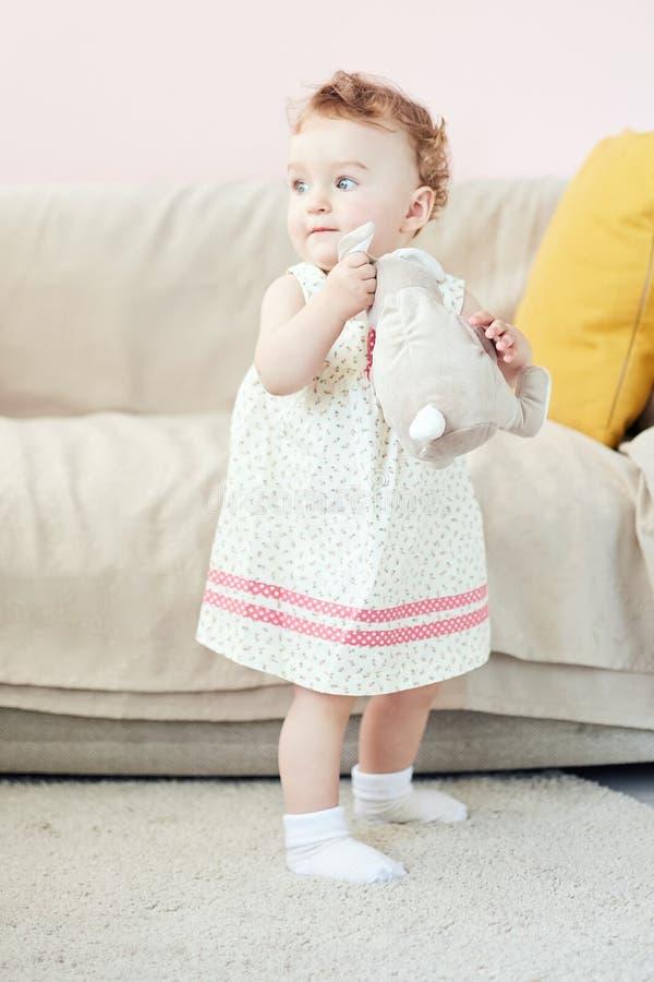 Mała dziewczynka bawić się z zabawkarskim królikiem obraz stock