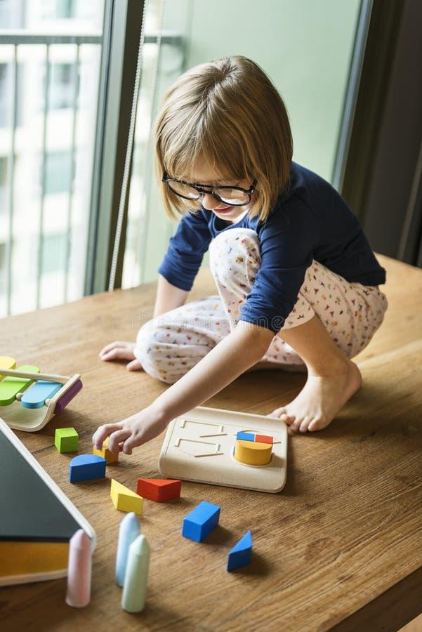 Mała Dziewczynka Bawić się zabawki pojęcie fotografia royalty free