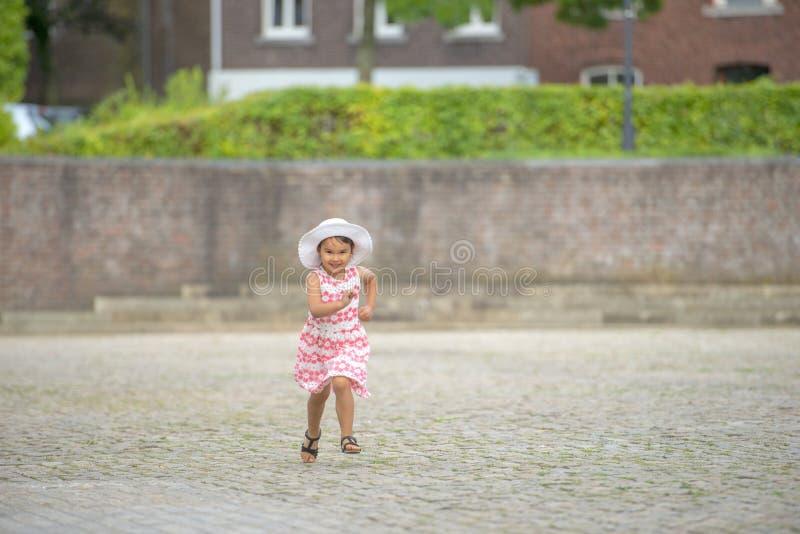 Mała dziewczynka bieg na ulicie w mieście obrazy royalty free