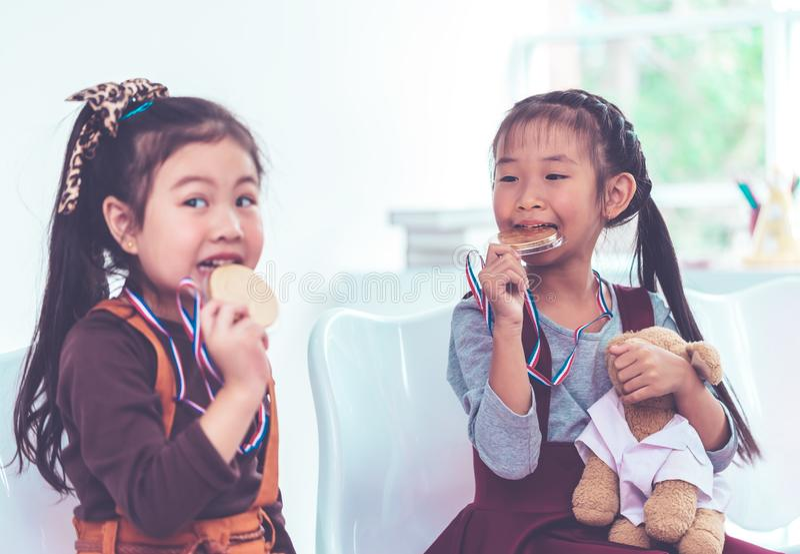 Mała dziewczynka bitting złoty medal dla studenckiej nagrody obrazy stock