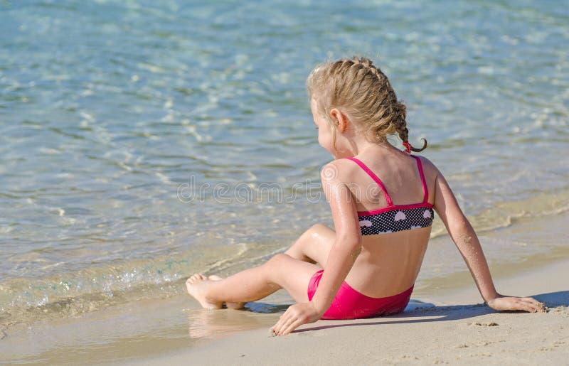 Mała dziewczynka blisko oceanu. obraz stock