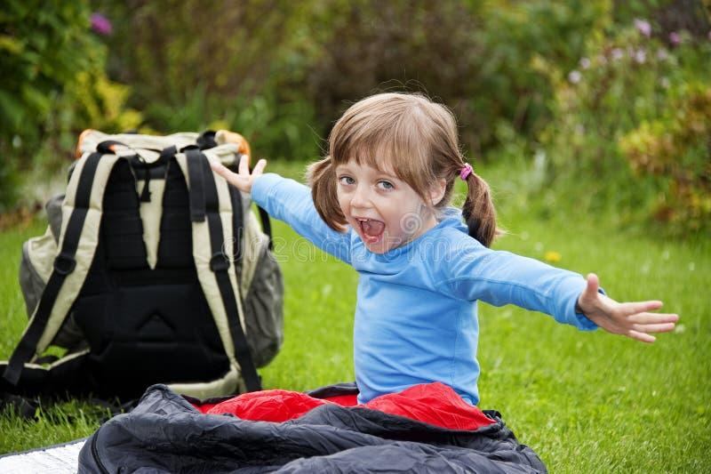 Mała dziewczynka camping zdjęcia royalty free