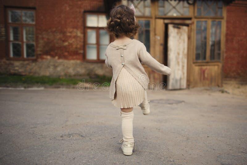Mała dziewczynka chodząca daleko od fotografia royalty free