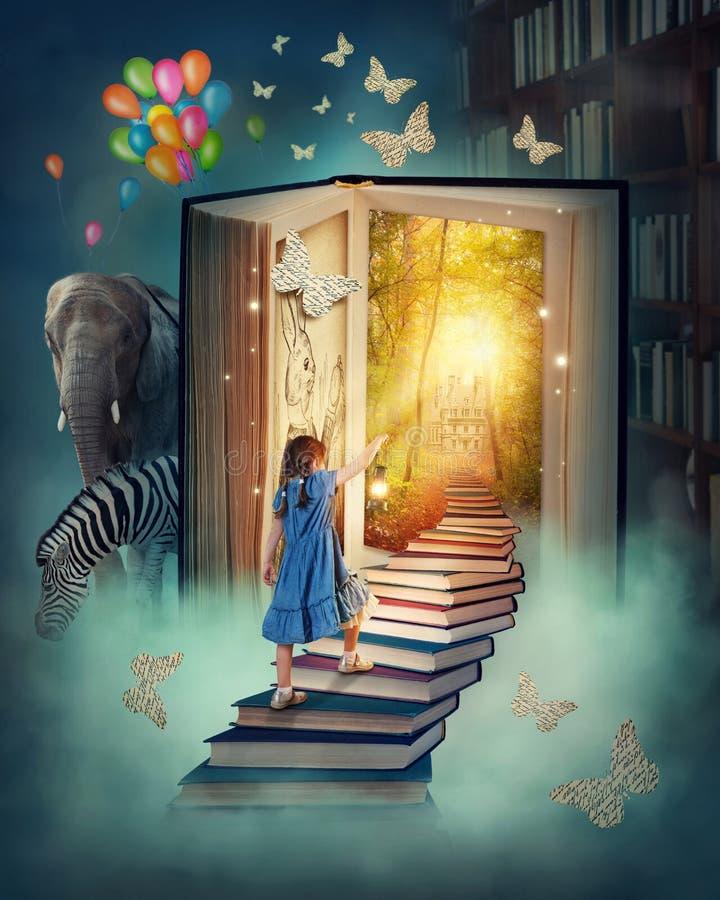 Mała dziewczynka chodzi w górę schodków fotografia royalty free