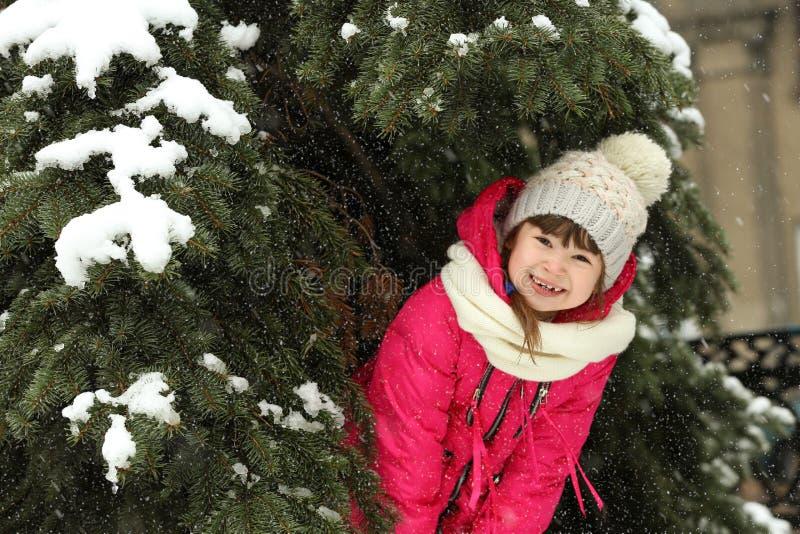 Mała dziewczynka chuje pod gałąź outdoors obrazy royalty free