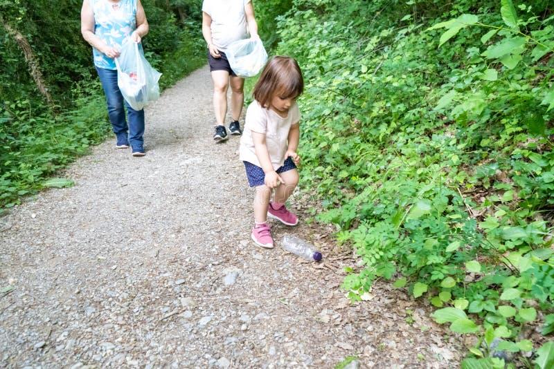 Mała dziewczynka, ciężarna matka i babcia czyści las klingeryty, obrazy stock