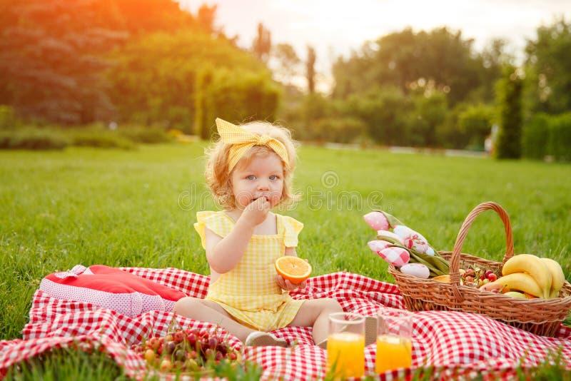 Mała dziewczynka cieszy się owoc na pinkinie zdjęcie royalty free