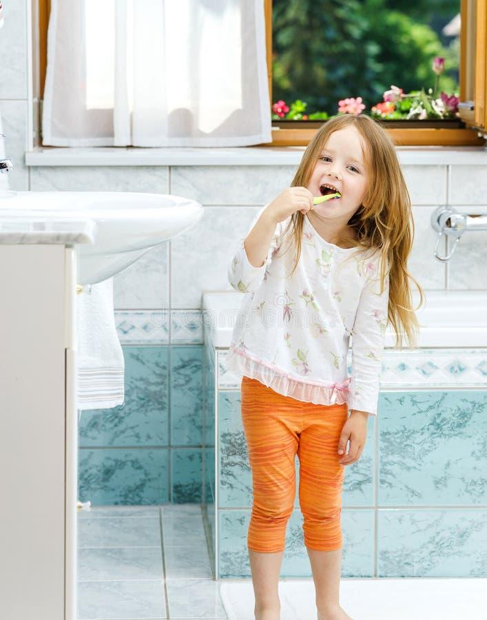 Mała dziewczynka czyści zęby obrazy royalty free