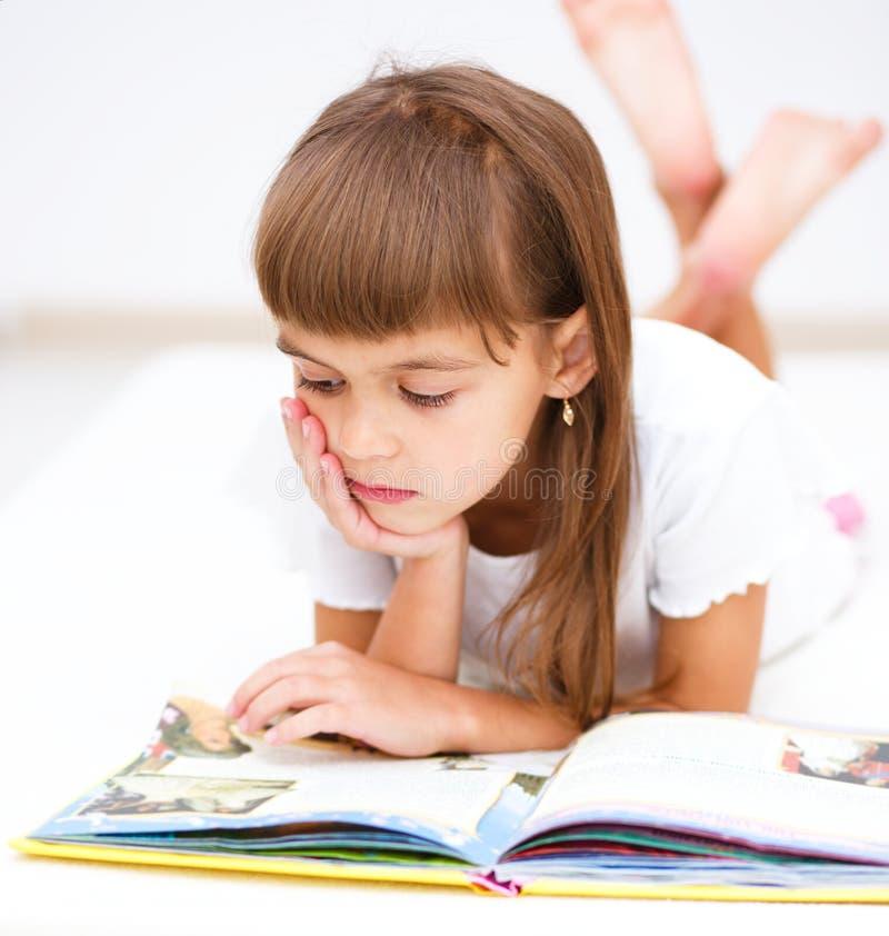 Mała dziewczynka czyta książkę zdjęcie stock