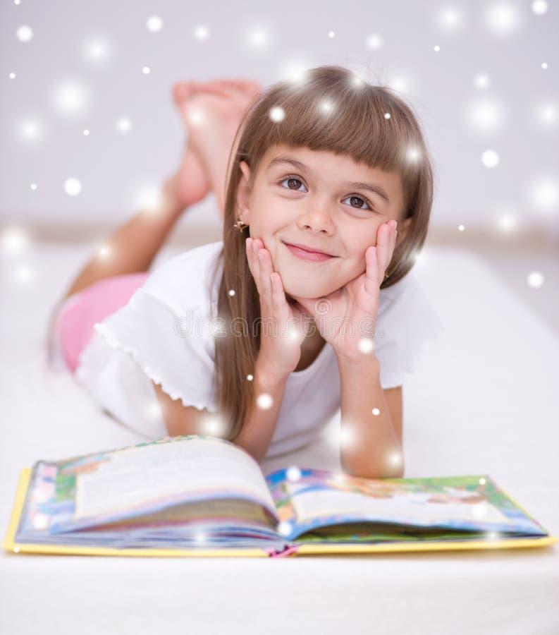Mała dziewczynka czyta książkę fotografia royalty free