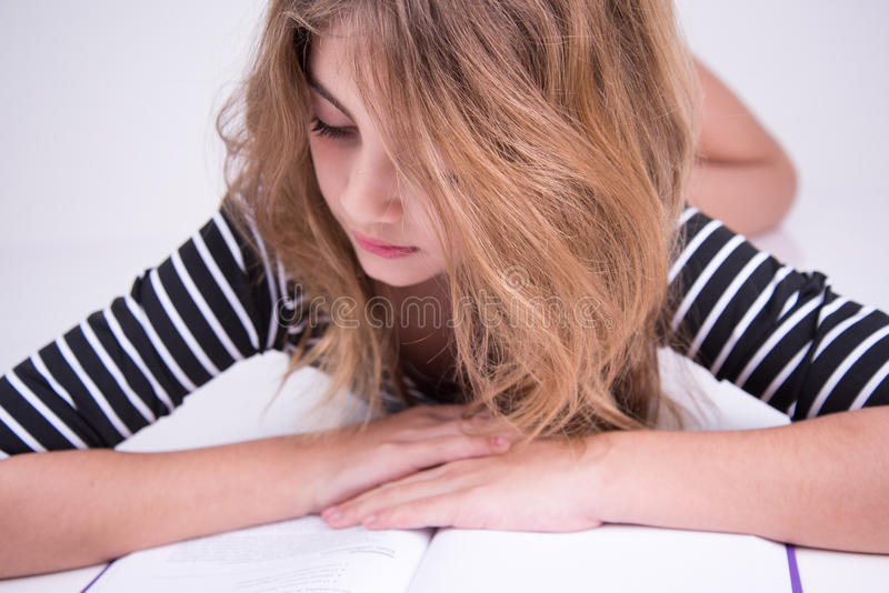 Mała dziewczynka czyta tekst w książce zdjęcia royalty free